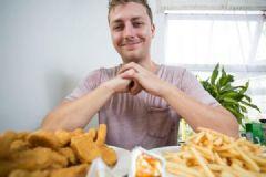 英国男子患饮食失调症,近20年几乎只吃鸡块和薯条[多图]