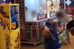女子让孩子钻进娃娃机偷娃娃,大人竟带着孩子一起胡闹[多图]